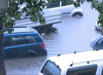 Autos versinken im Hochwasser