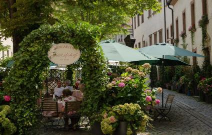 Biergarten in der Altstadt von Regensburg