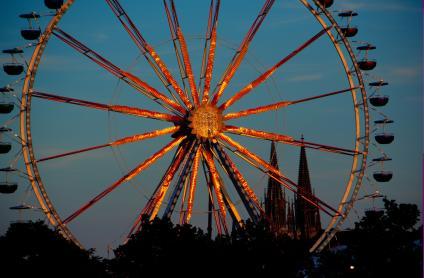 The Ferris wheel at the Regensburger Dult funfair in the evening light.