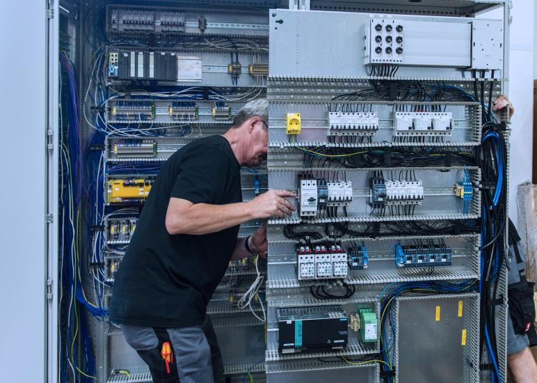 Work on the control cabinet.