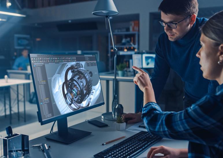 Technische Produktdesignerin arbeitet mit CAD Programm