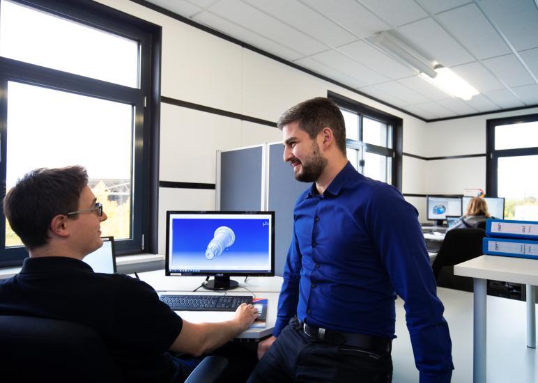 Geschäftsfeld Engineering - die Abbildung zeigt 2 Konstrukteure am CAD-Programm